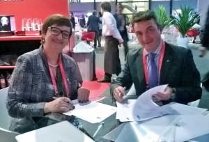 Reitora Roselane Neckel e o reitor Eduardo González Mazo, da Universidade de Cádiz, firmam convênio. (Foto: Sinter)